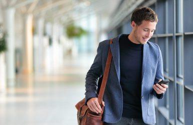 Man, telefoon, bruine tas - Assesment tijdens sollicitatieperiode